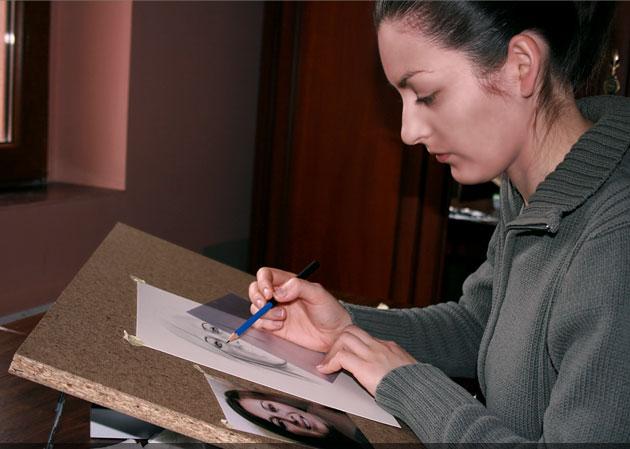 Jullia și portretele în creion