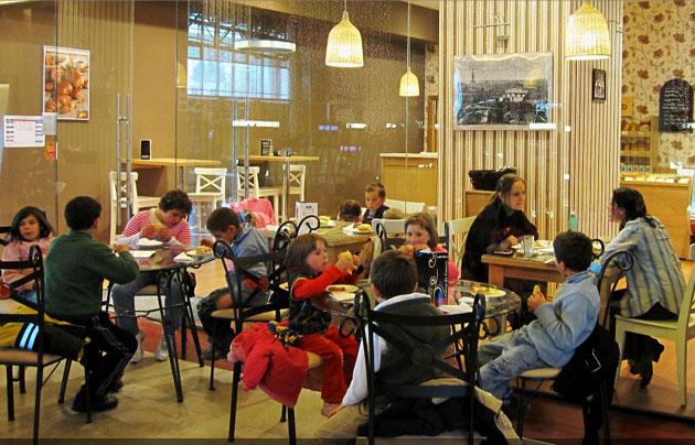 Cei 34 de copii din Ghirolt s-au jucat în voie la Iulius Mall Cluj