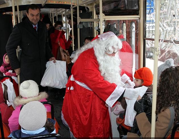 Tramvaiul lui Moş Crăciun circulă prin oraş
